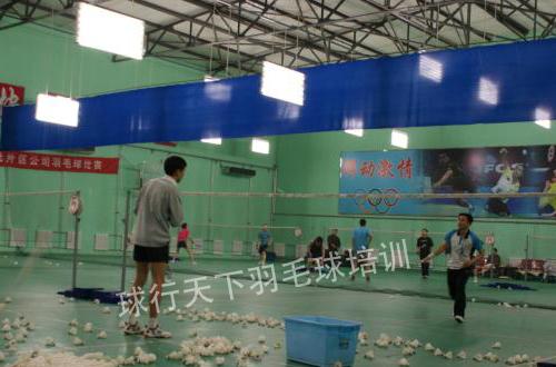 羽毛球教练
